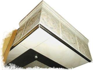 Geflieste Umbauung einer Küchenabzugshaube, Unterkante auch mit Halbrundprofil ausgestattet